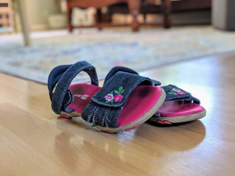 hot to keep toddler shoes on